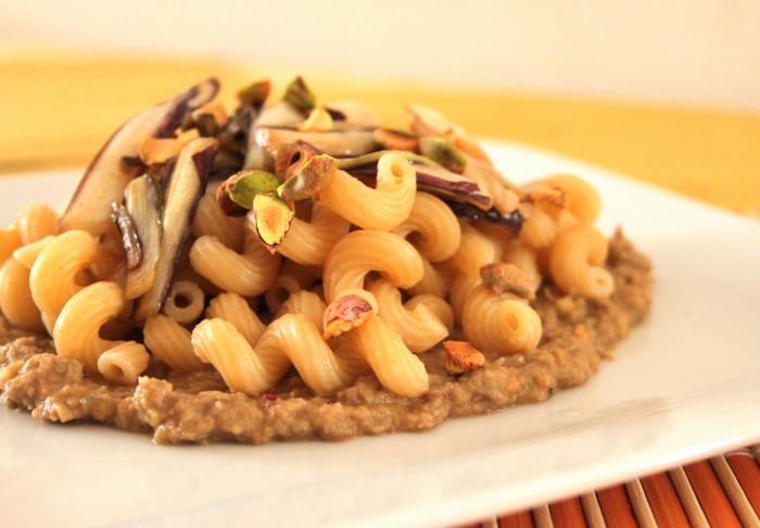 pasta con radicchio rosso e pistacchi su crema di lenticchie