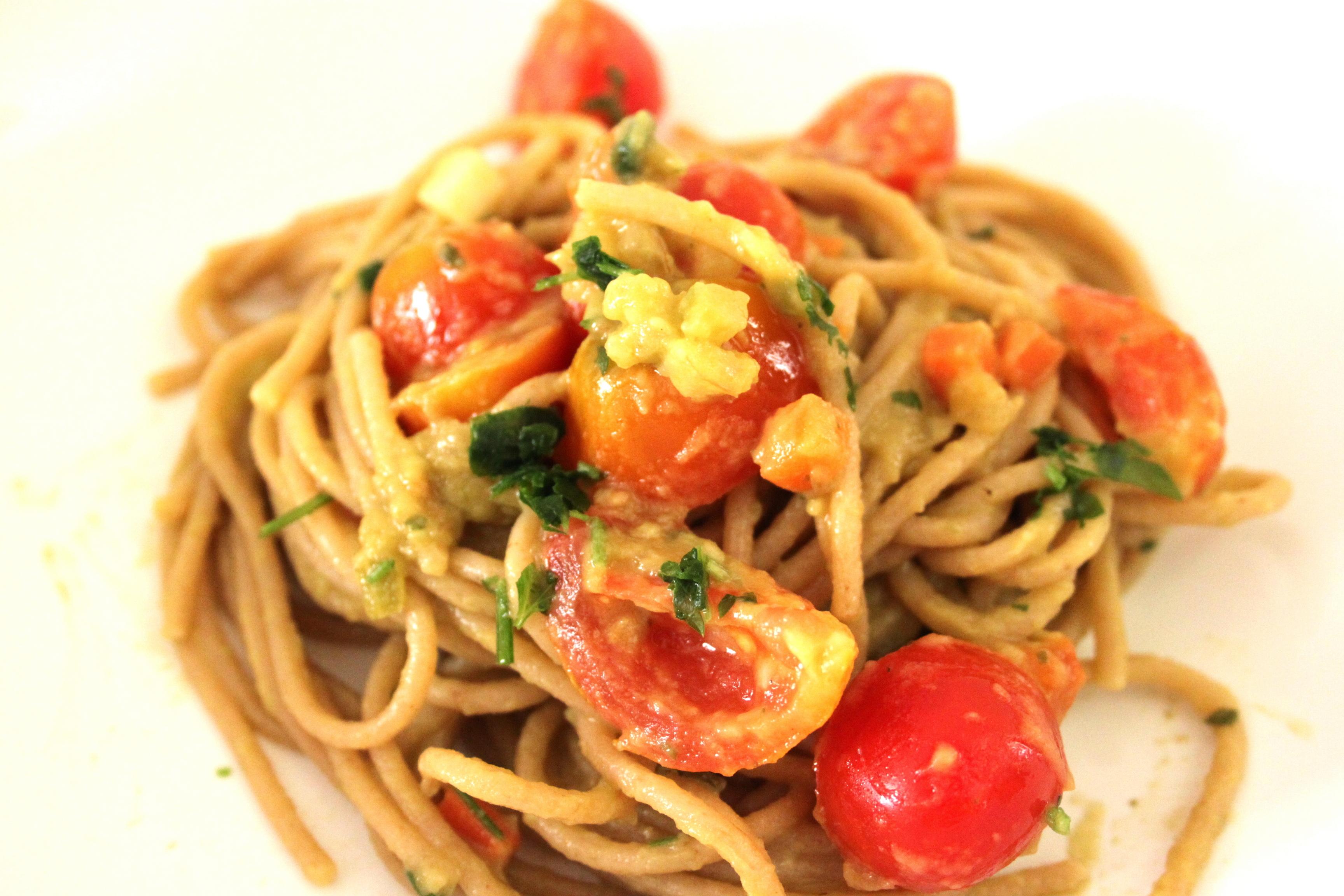 spaghetti con avocado e pomodorini